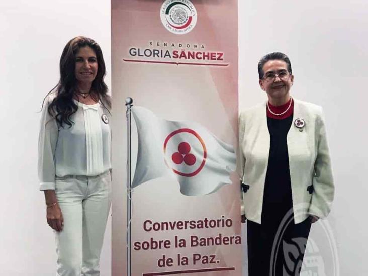 Laura Robles lleva al Senado la Bandera de la Paz